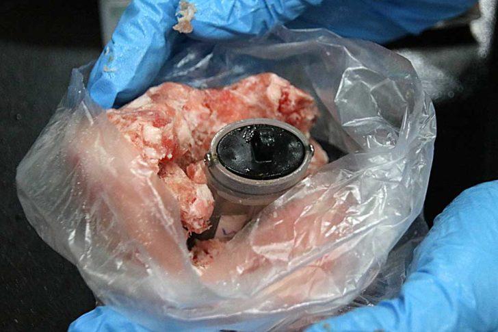 將連續式溫度紀錄器開啟並埋入分裝好之豬絞肉中心以測定貨品中心溫度